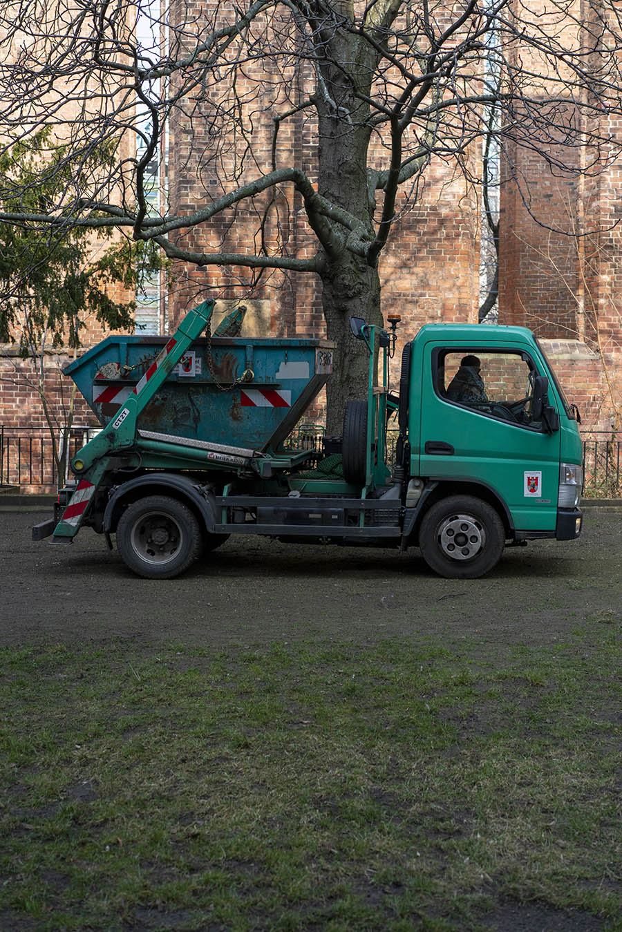 A truck by a gardener. In the background a tree and the Klosterruine